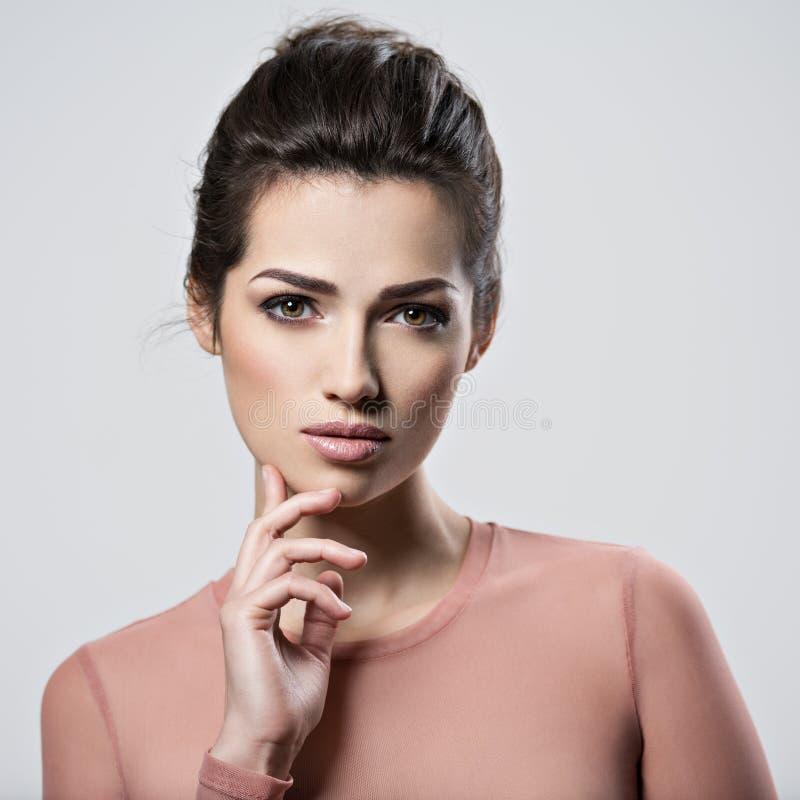 Portrait d'une jeune belle femme avec le maquillage fumeux de yeux images stock