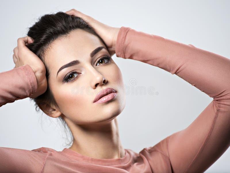 Portrait d'une jeune belle femme avec le maquillage fumeux de yeux photographie stock