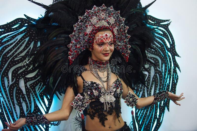 Portrait d'une jeune belle femme dans un regard créatif Le style du carnaval et de la danse photographie stock libre de droits