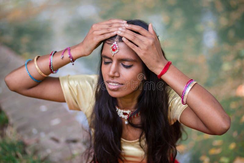 Portrait d'une jeune belle femme indienne traditionnelle images libres de droits