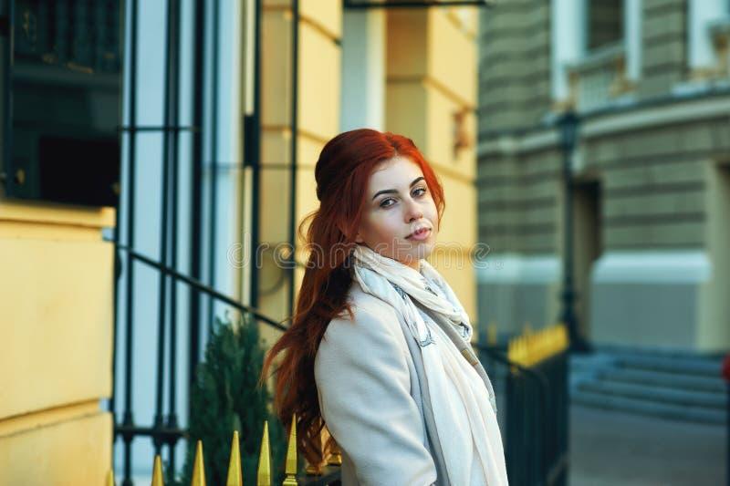 Portrait d'une jeune belle fille rousse dans la ville d'automne photographie stock