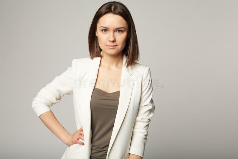 Portrait d'une jeune brune élégante attrayante photos stock
