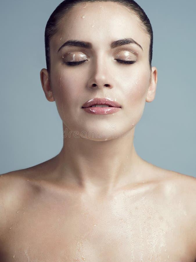 Portrait d'une jeune brune avec le visage humide photo libre de droits
