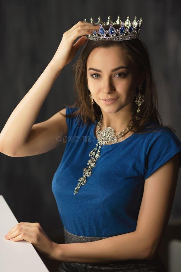 Portrait d'une jeune brune charmante photos stock