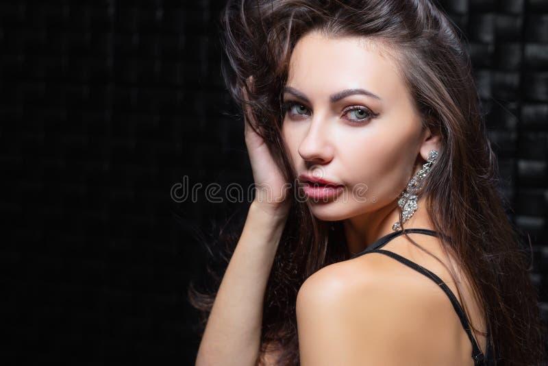Portrait d'une jeune brune mignonne image libre de droits