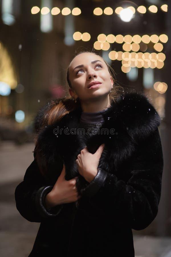 Portrait d'une jeune brune rêveuse image libre de droits