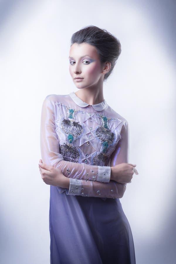 Portrait d'une jeune dame à la mode avec une coiffure à la mode photos libres de droits