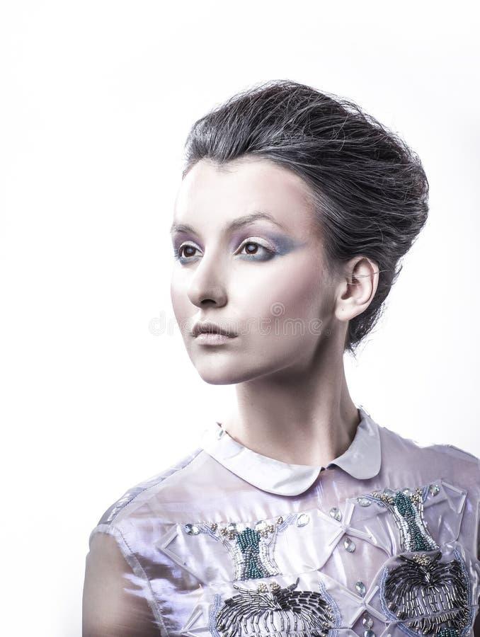 Portrait d'une jeune dame à la mode avec une coiffure à la mode images libres de droits