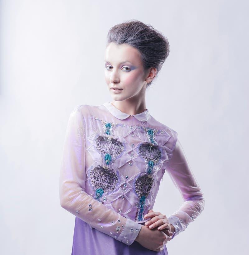 Portrait d'une jeune dame ? la mode avec une coiffure ? la mode photo stock