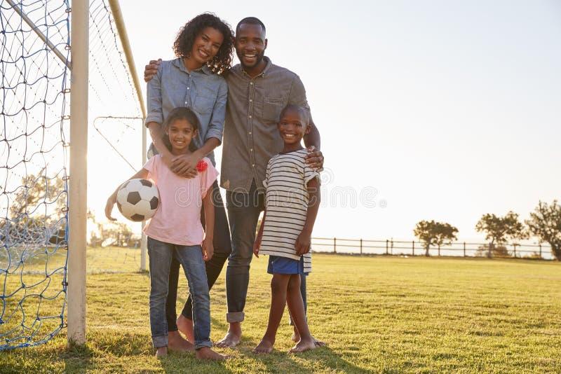 Portrait d'une jeune famille noire pendant une partie de football photographie stock libre de droits