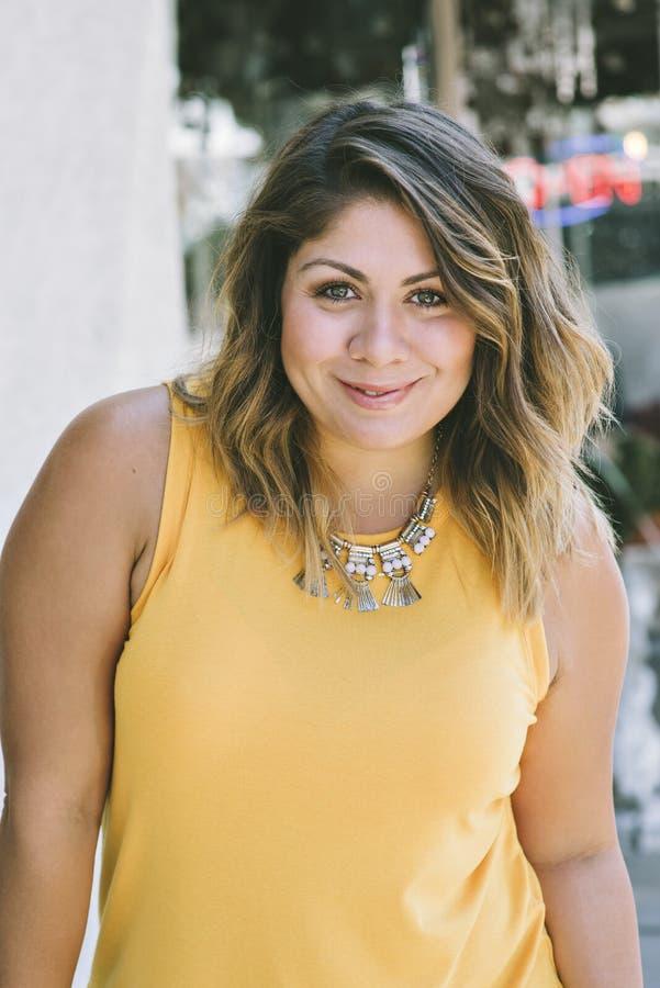 Portrait d'une jeune femelle de Latina qui est heureuse photo libre de droits