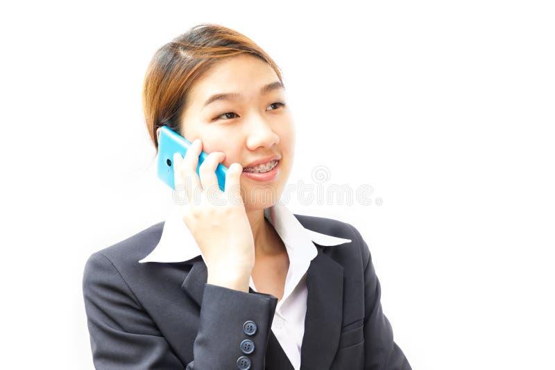 Portrait d'une jeune femme à l'aide de son téléphone portable sur le backgr blanc photos libres de droits