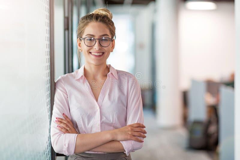 Portrait d'une jeune femme d'affaires dans un bureau photographie stock libre de droits