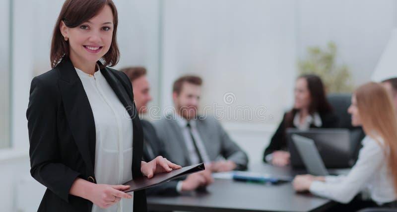 Portrait d'une jeune femme d'affaires de sourire regardant l'appareil-photo avec images stock