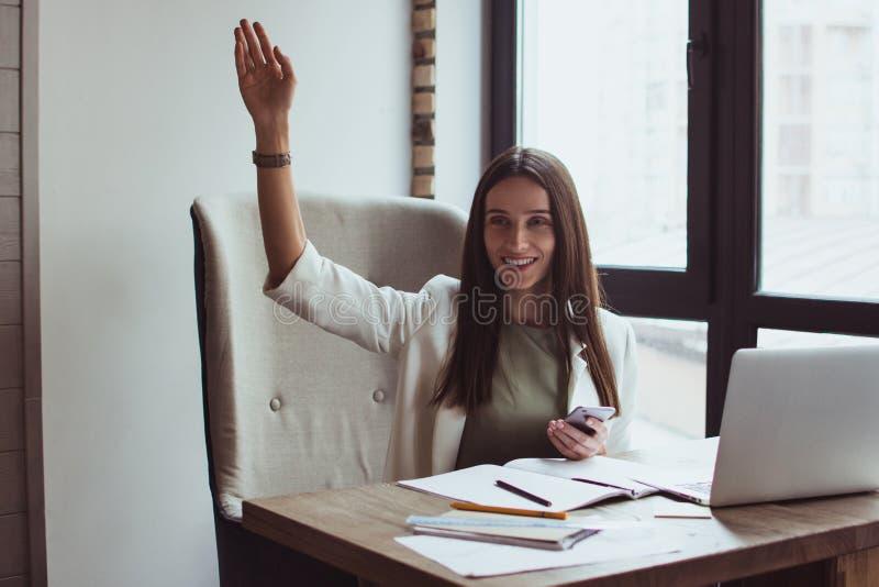 Portrait d'une jeune femme d'affaires s'asseyant avec son ordinateur portable dans le bureau images libres de droits