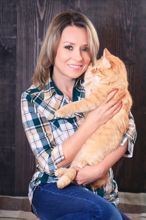 Portrait d'une jeune femme attirante avec le chat dans des mains image stock