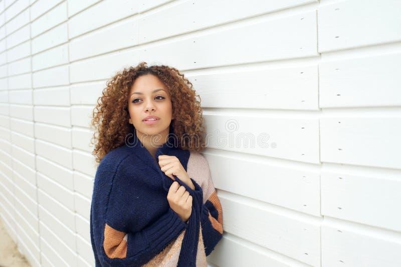 Portrait d'une jeune femme attirante posant dehors avec le chandail photo stock