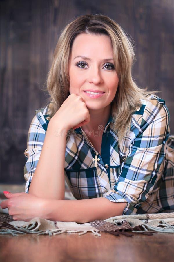 Portrait d'une jeune femme attirante se trouvant sur la couverture de plaid, plan rapproché image libre de droits