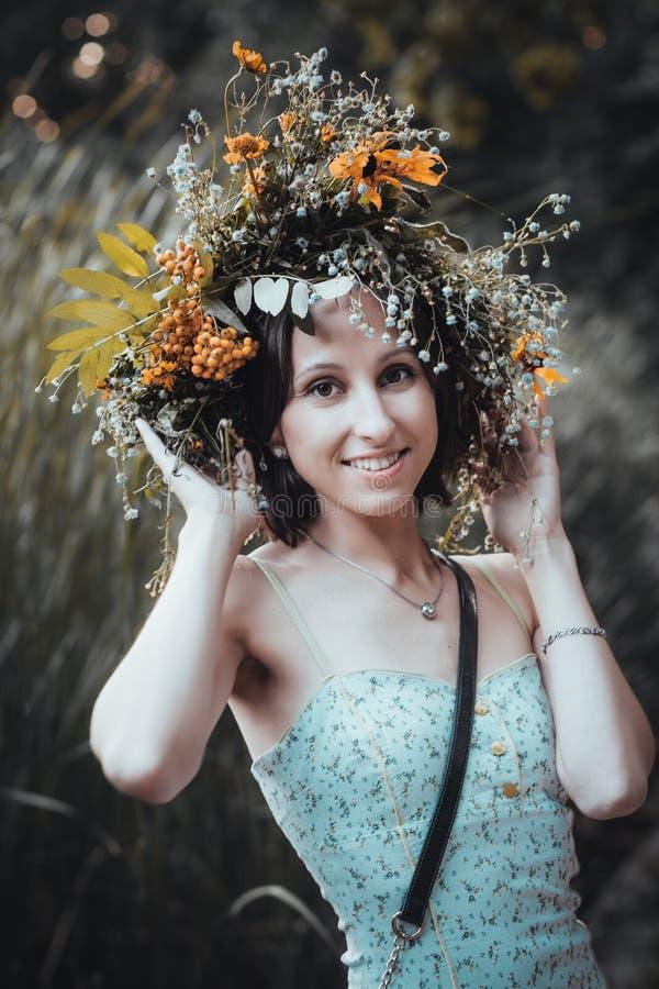 Portrait d'une jeune femme avec une guirlande des fleurs sur sa tête images libres de droits
