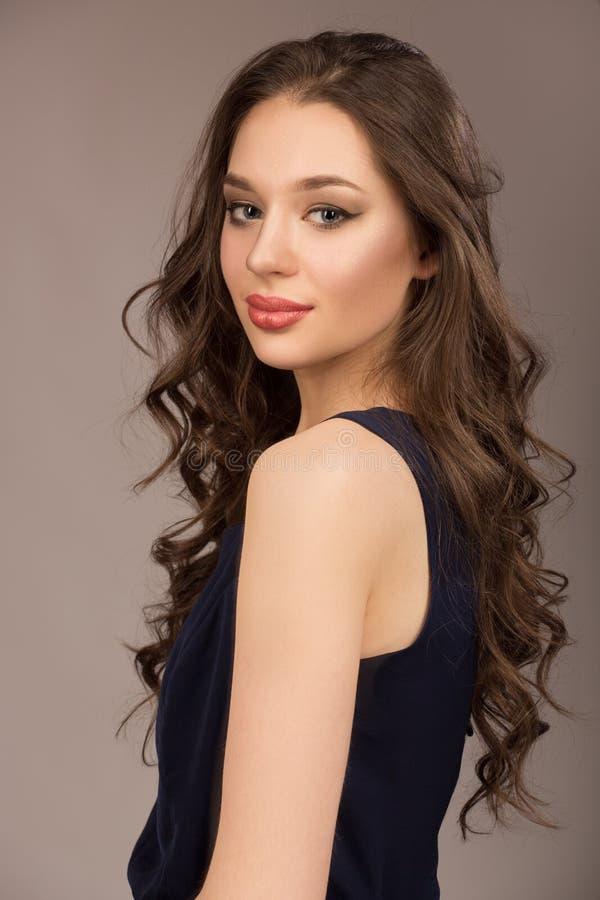 Portrait d'une jeune femme avec le beaux maquillage et hairstyl photos libres de droits