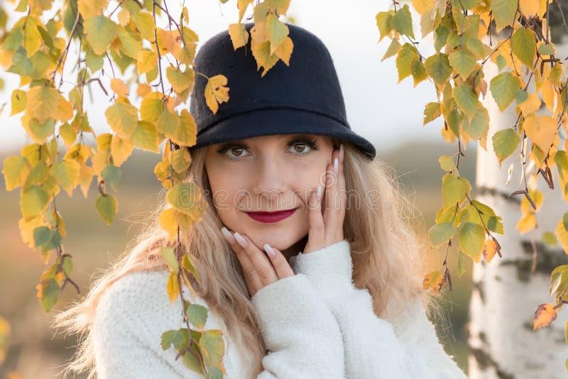 portrait d'une jeune femme blonde photo libre de droits