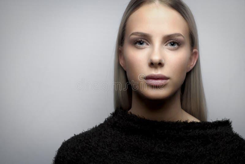 Portrait d'une jeune femme blonde avec la veste de fureur images stock