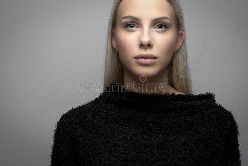 Portrait d'une jeune femme blonde avec la veste de fureur images libres de droits