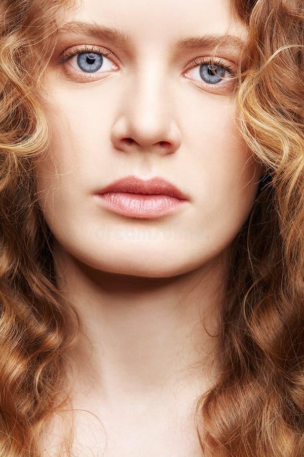 Portrait d'une jeune femme caucasienne avec de longs cheveux onduleux d'or images stock