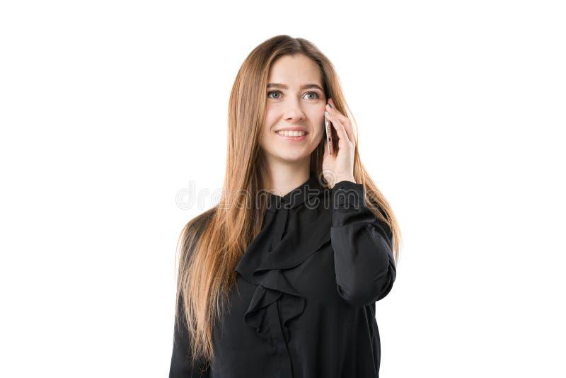 Portrait d'une jeune femme caucasienne dans une chemise noire et de longs cheveux débordants utilisant le téléphone main-se te images stock