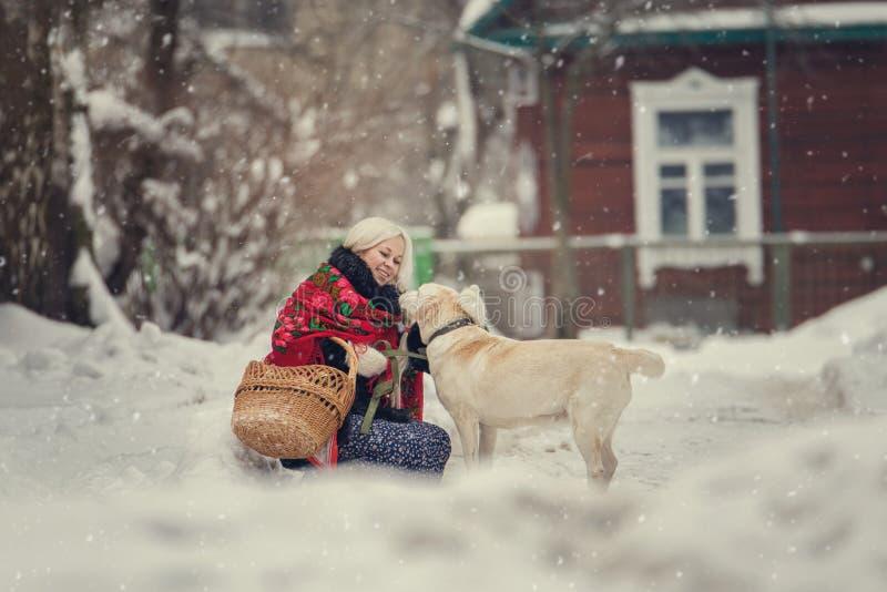 Portrait d'une jeune femme caucasienne dans le style russe sur un gel fort dans un jour neigeux d'hiver Fille modèle russe photos stock