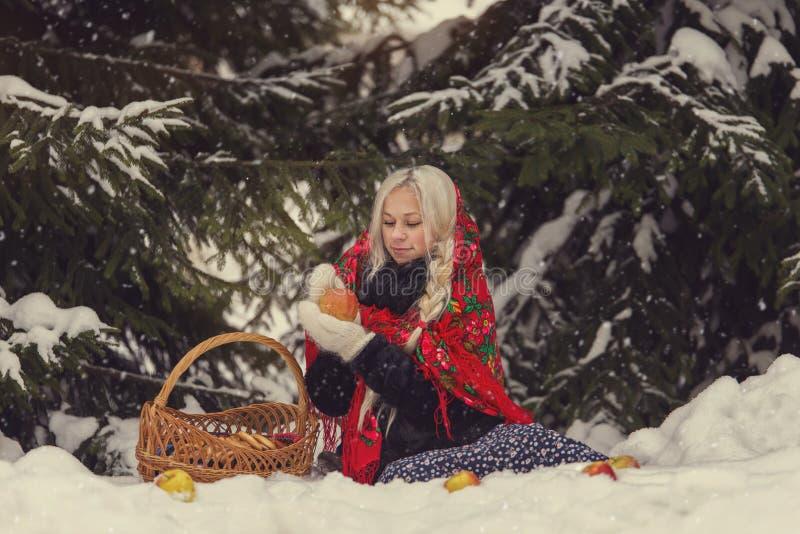 Portrait d'une jeune femme caucasienne dans le style russe sur un gel fort dans un jour neigeux d'hiver Fille modèle russe images stock