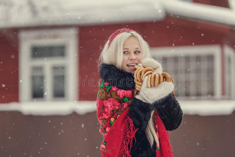 Portrait d'une jeune femme caucasienne dans le style russe sur un gel fort dans un jour neigeux d'hiver Fille modèle russe image stock