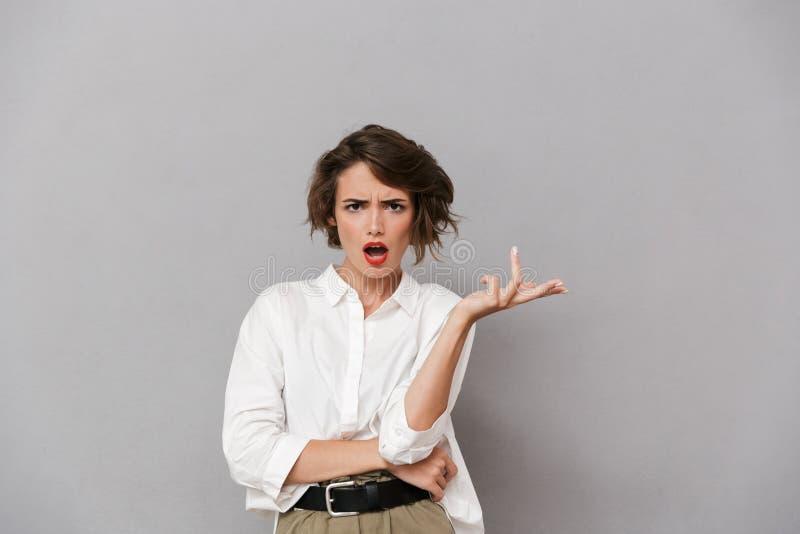 Portrait d'une jeune femme cofused habillée dans la chemise blanche photo stock
