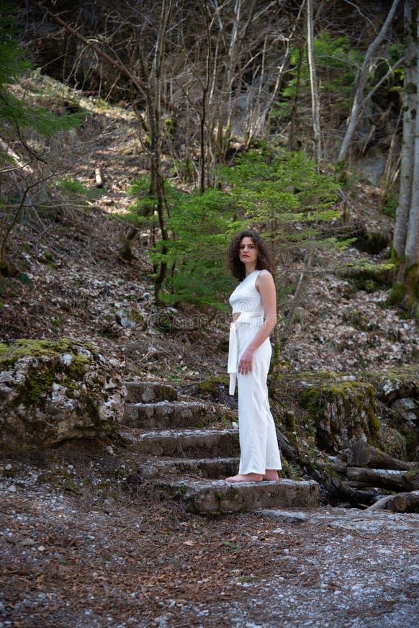 Portrait d'une jeune femme comme elle descend d'un escalier de pierre de montagne photo libre de droits