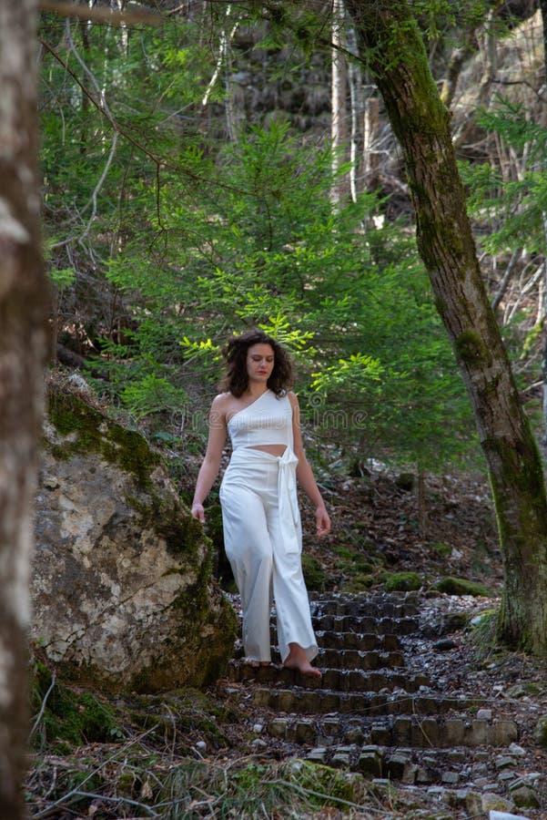 Portrait d'une jeune femme comme elle descend d'un escalier de pierre de montagne photo stock