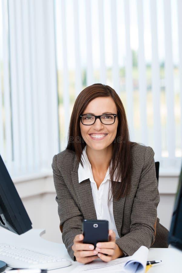 Portrait d'une jeune femme d'affaires dans le bureau images stock