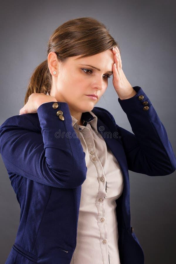 Portrait d'une jeune femme d'affaires souffrant de la douleur cervicale images libres de droits