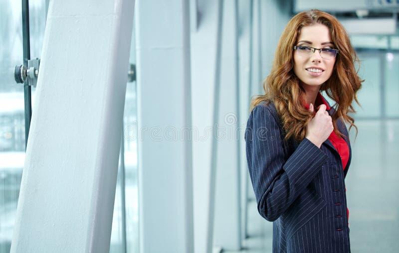 Portrait d'une jeune femme d'affaires souriant, en EN de bureau photos libres de droits