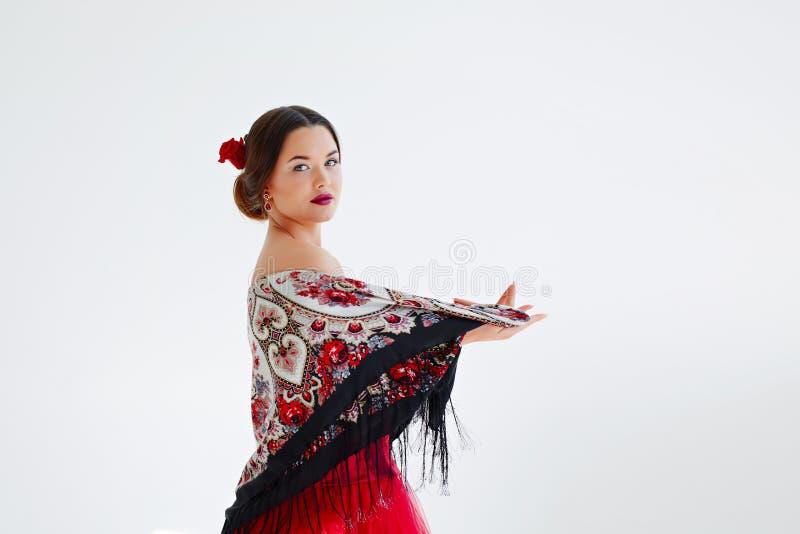 Portrait d'une jeune femme dans une robe et une écharpe rouges avec une frange image libre de droits