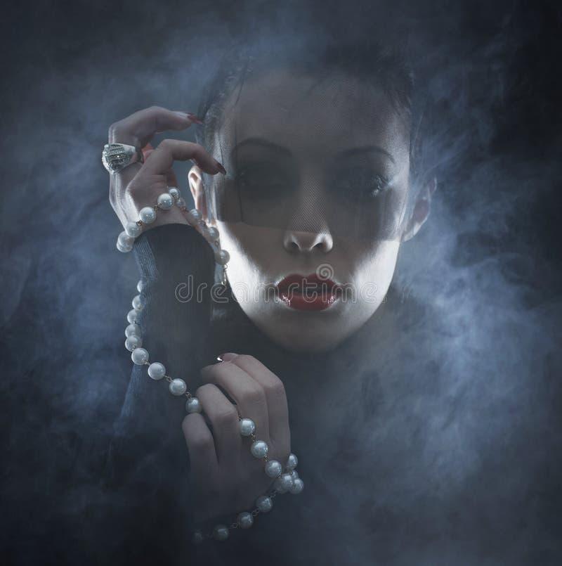 Portrait d'une jeune femme dans une robe de vampire images stock