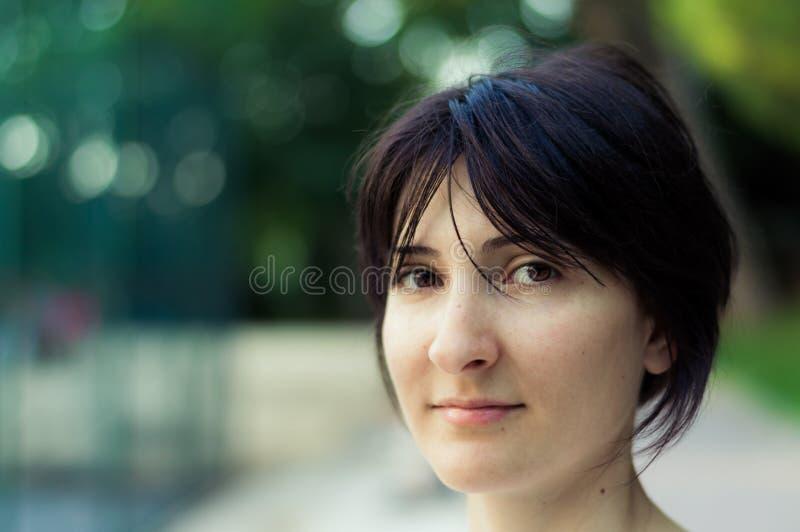 Portrait d'une jeune femme de brune avec les cheveux courts image stock