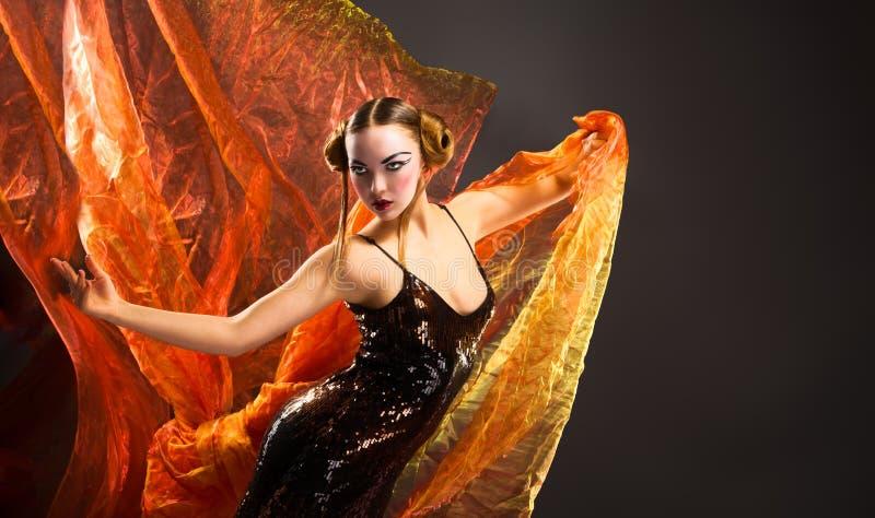 Portrait d'une jeune femme de danse avec le tissu de vol image libre de droits
