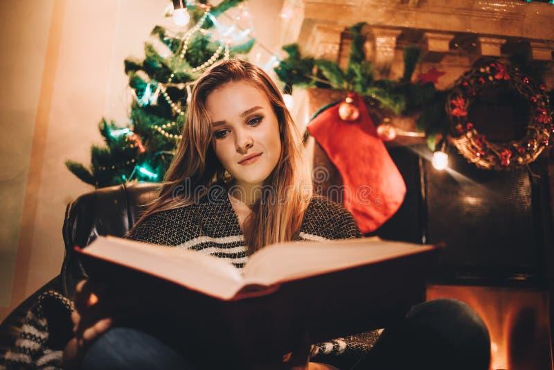 Portrait d'une jeune femme de sourire faisant des achats en ligne avant Noël photo stock