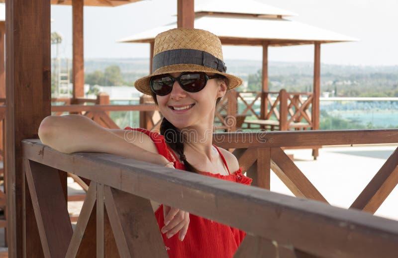 Portrait d'une jeune femme de sourire heureuse images stock