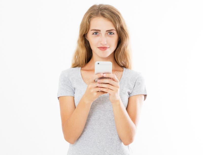 Portrait d'une jeune femme de sourire jugeant le t?l?phone portable d'isolement sur le fond blanc, fille de causerie, faisant de  image libre de droits