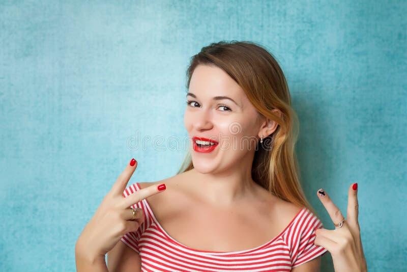Portrait d'une jeune femme drôle montrant le geste de paix image libre de droits