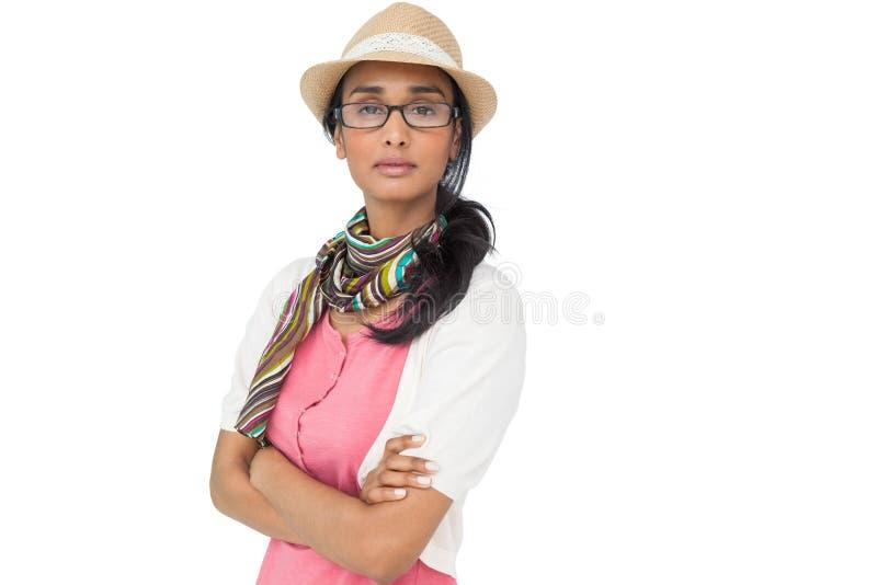 Portrait d'une jeune femme fraîche avec des bras croisés images stock