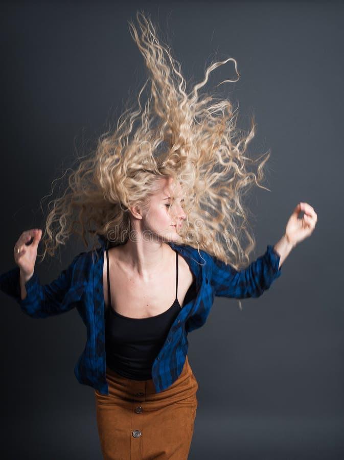 Portrait d'une jeune femme la fille écoute et apprécie la musique concepts de personnes de mode de vie image libre de droits