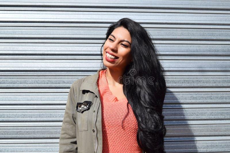 Portrait d'une jeune femme latine dehors photographie stock