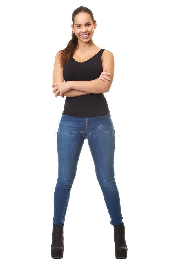 Portrait d'une jeune femme souriant avec des bras croisés photos stock